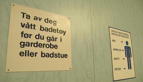 Hallen oppfordrer til grundig kroppsvask. Foto: Harald Inderhaug, NRK.