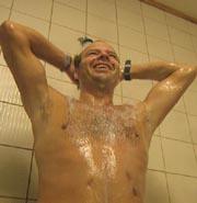 De ansatte sier at en skikkelig dusj før badet, er viktig. Foto: Harald Inderhaug, NRK.