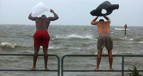 «IVAN»: Ikke alle følger oppfordringene om å evakuere. Blant annet disse to innbyggerne i Pensacola, Florida. (Foto: AFP/Scanpix)