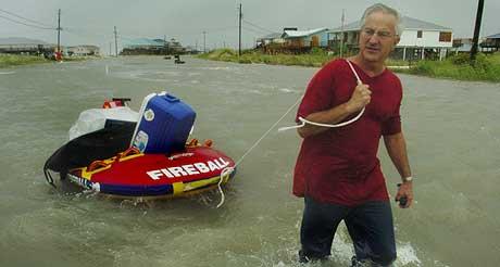 FLYKTER FRA ORKANEN: - Dersom det er så ille nå, frykter jeg for hva som vil skje senere, sier Jeff Deen (52), som evakuerte boligen sin i Alabama. (Foto: Kinfay Moroti/St. Petersburg Times/AP)