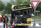 En brannmann på ulykkestedet. Brannvesenet ble imidlertid ikke varslet om bussulykken i Fyllingsdalen. Foto: Alrik Velsvik, NRK.