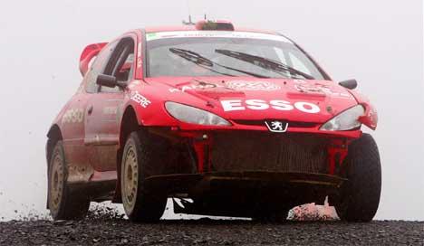 Henning Solberg kjørte av veien og fikk ødelagt hele fronten på bilen. (Foto: REUTERS/ Paul McErlane/Scanpix )