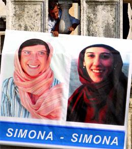 Simona Pari (t.v.) og Simona Torretta skal være overlevert til en italiensk diplomat i Irak. (Foto: Reuters / Scanpix)