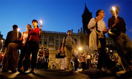 Innbyggerne i Roma tenner lys for de to gislene og ber om at de settes fri. (Foto: AFP/Scanpix)
