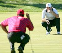 Irske Paul McGinley ser at Tiger Woods og USA havner bak Europa. (Foto: Harry How/Getty Images/AFP)