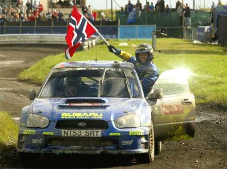 Petter Solberg har tatt ekte hattrick i Rally Wales. Nå advarer han mot rallylegenden Colin McRae. (FOTO: AFP PHOTO/CARL DE SOUZA /Scanpix)