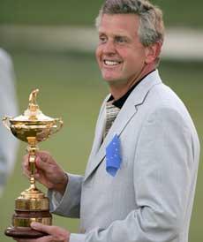 Skotske Colin Montgomerie satte inn den avgjørende putten og kunne førnøyd løfte trofeet. (Foto: Scanpix)