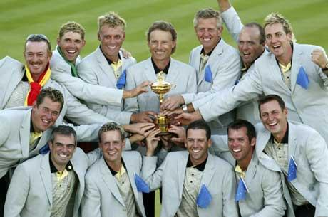 Hele Europas Ryder Cup-lag med trofeet foran seg. (Foto: Scanpix)