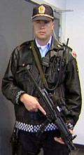 Passer på. Politiet tar ingen sjanser under rettsaken. Foto: Odd Rømteland