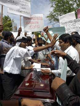 Demostranter plasserte i dag liket av en drept politisk aktivist. i dag. Foto: AFP/Scanpix