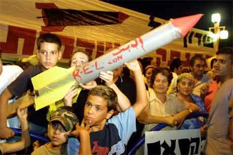 Palestinske born demonstrerer med modellar av Quassam-rakettar etter angrepet mot to Hamas-aktivistar i kveld. (Foto: AFP/Scanpix)