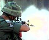 Israelsk soldat skyter mot steinkastende palestinere (foto:RTV).