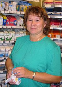 Britt Lund ved apoteket på Kremmertorget i Elverum. (Foto: Anne Kari Løberg/NRK)