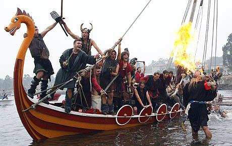 Dette bildet viser folk fra en by nord i Spania som simulerer et angrep av skandinaviske vikinger utenfor kysten av Gallilea for 1000 år siden.