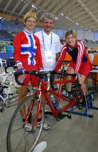 Høybråten har skrevet e-brev - trolig fra Athen, der han i dag traff Paralympics-deltakerne May Britt Hartwell (pilot) og Tone Gravvold (Foto: Thorleif Leifsen, Sos.dept./Scanpix)