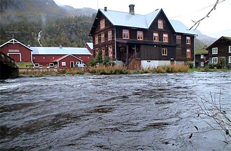 Elva er flaumstor forbi Kårvatn (Foto: Gudmund Kårvatn)