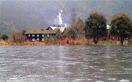 Kårvatn i dag med Nauståfossen i bakgrunnen. (Foto: Gudmund Kårvatn)