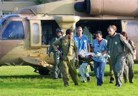 Ein såra israelsk soldat blir evakuert frå busetjinga Morag på Gazastripa. (Foto: AP/Scanpix)