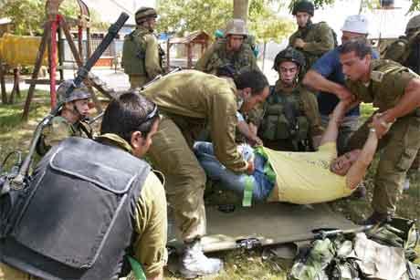 Ein skadd israelsk journalist får hjelp etter at det vart skote mot han i busetjinga Morag. (Foto: Reuters/Scanpix)