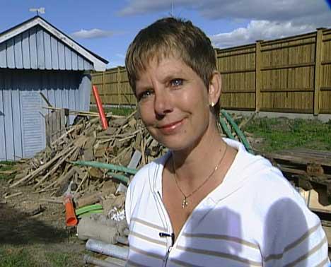 Merethe Hanssen synes det er vemodig å besøke huset hun og familien måtte flytte fra ( Foto: Kathrine Brønn, NRK )