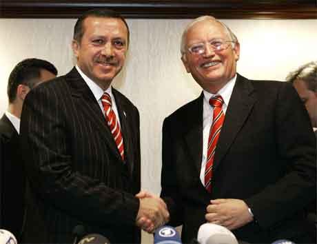 Problema mellom Tayyip Erdogan (t.v.) og Günter Verheufen er over. (Foto: Reuters/Scanpix)