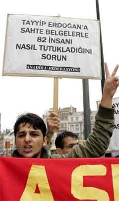 Tayyip Erdogan vart møtt av demonstrerande eksil-tyrkarar då han kom til Brussel i dag. (Foto: AFP/Scanpix)