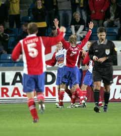 Lyn-spillerne jubler etter 1-0 scoringen i slutten av første omgang. (Foto: Bjørn Sigurdsøn / SCANPIX)