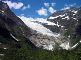 Når isbreen smelter, renner det hele tiden vann gjennom den. Foto: NRK