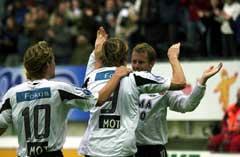 Frode Johnsen har satt inn 2-0 målet og blir gratulert av Harald Martin Brattbakk og Vidar Riseth. (Foto Geir Otto Johansen / SCANPIX)