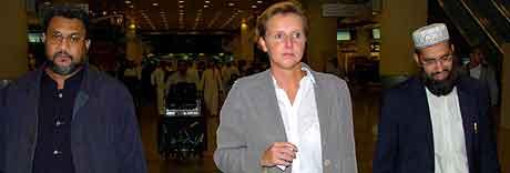 De muslimske lederne Daud Abdullah (t.v.) og Musharraf Hussain under mellomlanding i Kuwait der de ble møtt av den britiske konsulen Cathy Cotrell.   REUTERS/Stephanie McGehee