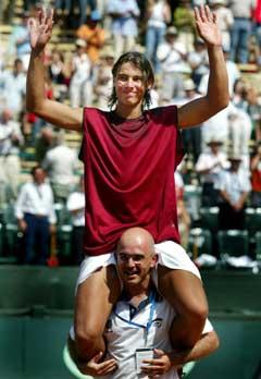 Rafael Nadal bæres i triumf av den spanske fysioterapeuten etter seieren i Alicante. (Foto: Reuters/Scanpix)