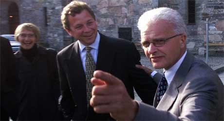 Einar Førde og dagens kringkastingssjef John G. Bernander i Trondheim i 2001. (Foto: Scanpix / Gorm Kallestad)