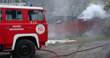Det var et stort ubebodd hus som brant i Halden mandag morgen. Inne i huset befant det seg flere biler som ble totalt utbrent. Foto: Rainer Prang, NRK.