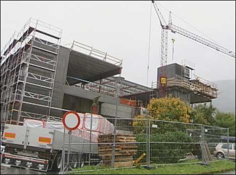 Polakkane arbeidet på tilbygget ved Førde sentralsjukehus. (Foto: Heidi Lise Bakke, NRK)