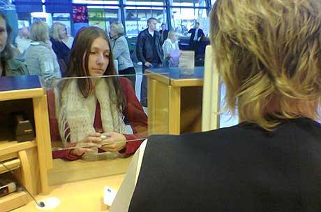 Janne Korneliussen skulle ha reist til Oslo klokken 08.30 mandag morgen, men i ettermiddag var hun fortsatt på Værnes. Hun forsøkte å få en ny billett til Oslo tirsdag.