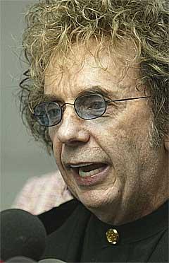 Phil Spector hevder han er uskyldig på en pressekonferanse 27. september, 2004. Foto: Scxanpix.