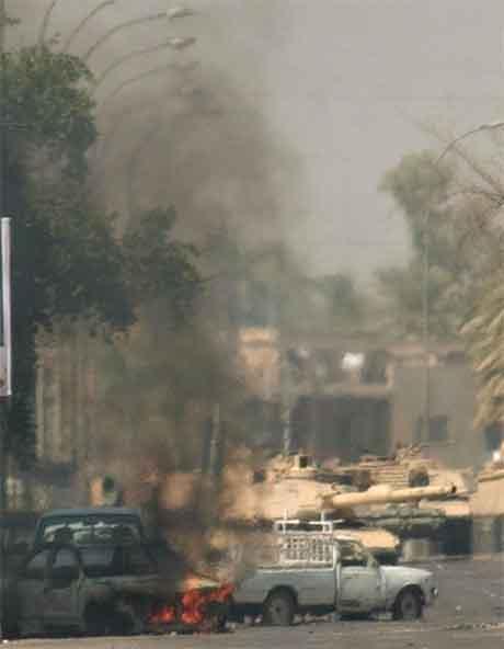 Det har vore nye kampar mellom amerikanske soldatar og opprørarar i Bagdad i dag. (Foto: AP/Scanpix)