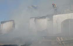 Brannvesenet dreiv lenge med ettersløkking av driftsbygninga.