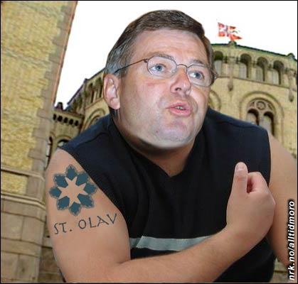 Statsministeren viste i går fram sin nye tatovering. - Dette er først og fremst av praktiske hensyn, det er jo ikke alle steder det passer å bære selve medaljen, uttalte han til pressen.