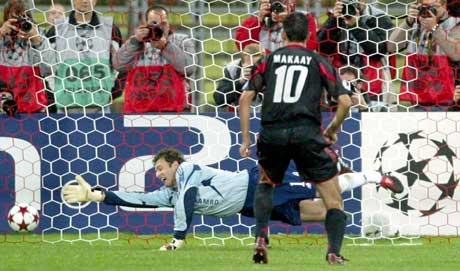 Roy Makaay fullfører hat tricket med et straffespark. (Foto: Reuters/Scanpix)