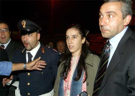 Simona Torretta blir fulgt ut av flyet på den militære flyplassen Ciampino i Roma.(Foto:Scanpix)