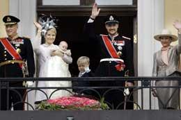 Etter barnedåpen kom kongen og dronningen, kronprinsen og kronprinsessen ut på slottsbalkongen for å vise fram den lille prinsessen. Foto: Heiko Junge/SCANPIXdronninge