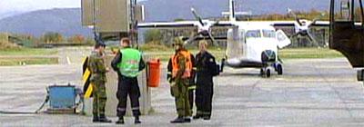 De to pilotene og en av passasjerene måtte på sykehus etter at de overmannet angriperen på flyet til Bodø i går. (Foto: NRK)