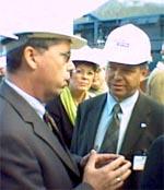 SIER FRA: Leif-Arne Langøy er Akers sterke mann. Her møter han statsminister Kjell Magne Bondevik.