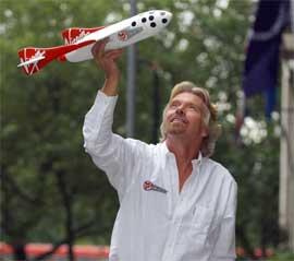 ROMTURISME: Virgin-eier Richard Branson vil bruke det suksessrike romfartøyet til romturisme. (Foto: AP Photo/PA, Fiona Hanson)