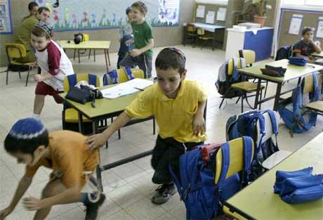 Israelske barn i Sderot trener på å søke skjul under angrep av Qassam-raketter (ScanpixAP)