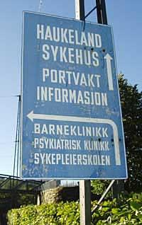 Haukeland sjukehus må bruka mellom 20 og 25 millionar kronar på å byte skilt.Foto: John Gunnar Skien/NRK.