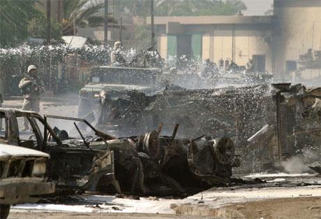 Amerikanske soldater vokter stedet der eksplosjonene fant sted. (Foto: Reuters/Scanpix)