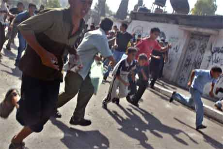 Palestinere på flukt fra israelske styrker i Jabalya på Gazastripen. (Foto: AP/Scanpix)AP/Scanpix)