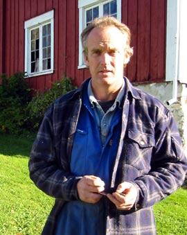 Helge Rabstad mener at gården heter Rabstad, ikke Rappstad. (Foto: Ola Bjørlo Strande/NRK)